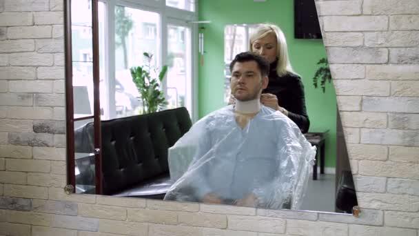 Un Homme Au Salon De Coiffure Coiffeur Femme Prepare Un Jeune Homme