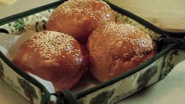 Vaření hamburger. Tři rohlíky se sezamovými semínky pro hamburgery. HD
