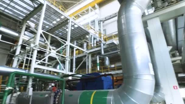 Wärme-Kraftwerk. Panoramasicht auf das Innere des russischen Wärmekraftwerk. 4k