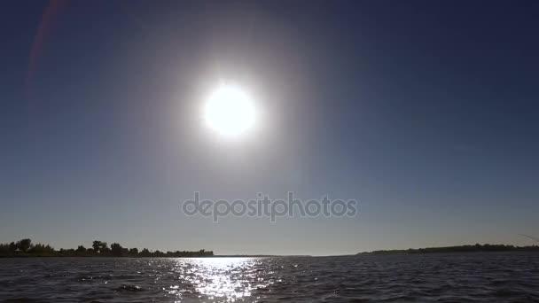 Festői tájon. Nézd a hajóról, lovaglás a Volga folyó Horgászbottal. 4k