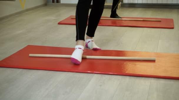 Egy embercsoport gyakorló gyakorlatok torna, bár a sportcsarnok. HD