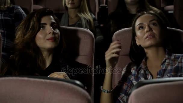 Mozi. Három csinos női meg egy film a moziban. HD
