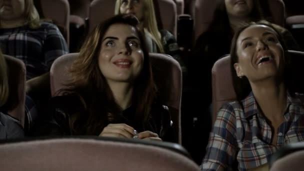 Kino. interessierten sich die begeisterten Zuschauer für einen Film im Kino. hd