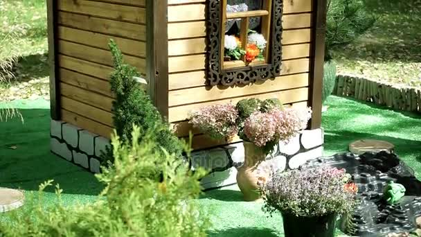 Het ontwerp van het landschap. decoratie voor de tuin. de houten hut
