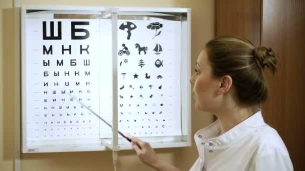 Mladá blond vlasy žena zkoumání její zrak na Optometristé. HD