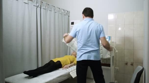 Fyzikální terapie. Magnetoterapie. Fyzioterapeut, umístění magnetů pro léčení pacientů těla. HD