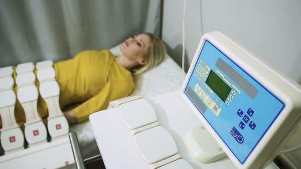 Physikalische Therapie. Die junge hübsche Frau, die eine Magnetfeldtherapie-Behandlung. HD
