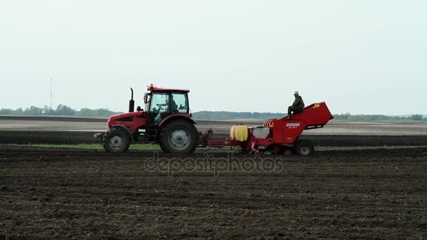 Hlíz bramboru výsadbu s použitím moderních zemědělských strojů. Duben 2016. HD