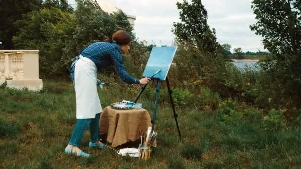 Dobrý malíř. Skvělý mladý umělec malba krajiny s olejovými barvami. 4k