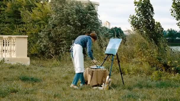 Ženské malíř maluje obraz s olejovými barvami. 4k