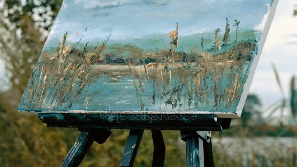 Ženské ruce Malování vodní krajina s olejovými barvami pomocí stěrkou. 4k