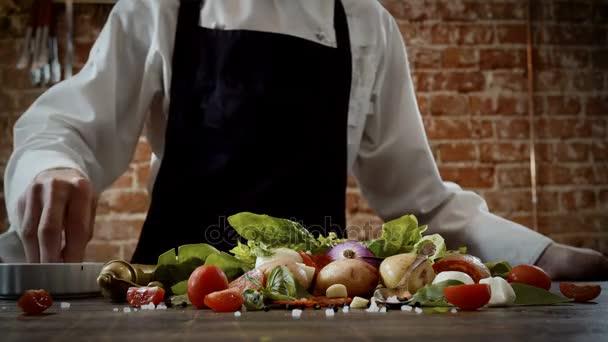 Lekce vaření. Kuchař, kropení s slané výrobky určené k vaření jídla. 4k