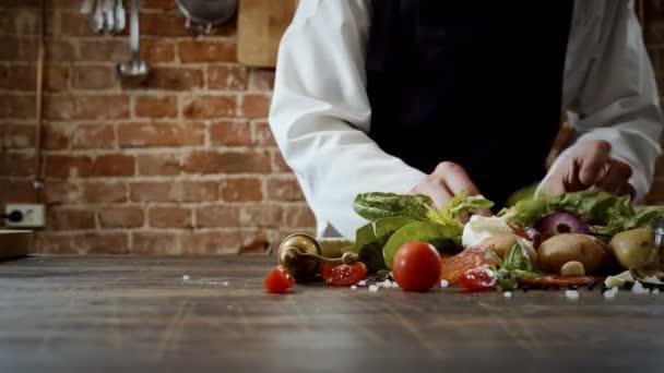 Lekce vaření. Kuchař Příprava potravin vaření teplé jídlo v kuchyni módní restauraci. 4k