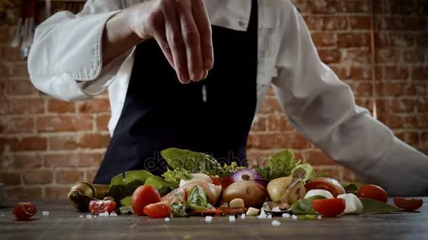 Lekce vaření. Kuchař, kropení s slané potraviny, připravené pro výrobu jídla. 4k
