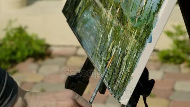 Panorama z ženských rukou Malování s olejovými barvami pomocí štětcem vodní krajina. 4k