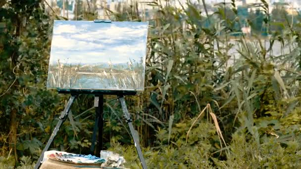 Olejomalba. Hotové obrazy malované v oleji na stojan na pozadí rákosí. 4k