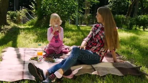 spermi-foto-s-blondinkoy-na-piknike-femdom