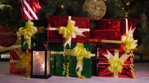 Zár-megjelöl szemcsésedik-ból hét ajándékokkal díszített karácsonyfa. 4k