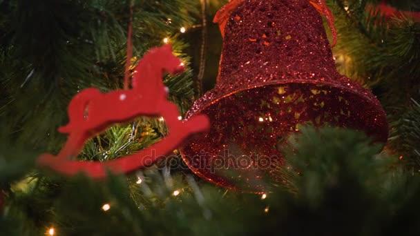 Detailní záběr nazdobený vánoční stromeček. 4k