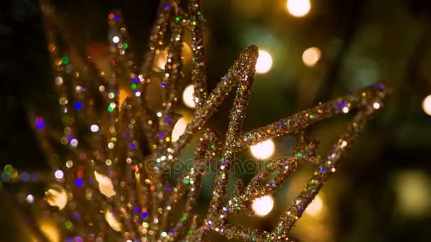 Ozdoby na vánoční stromeček. Zlatá vločka. 4k