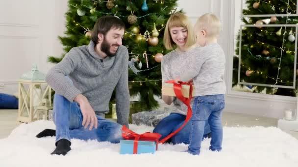 Příjemné svátky. Rodina, rozbalování dárků na Vánoce nebo nový rok. 4k