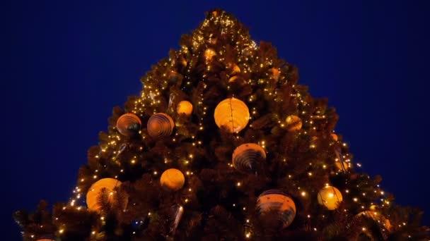 Karácsonyfa a karácsony vagy újév az utcán éjszaka díszített. HD