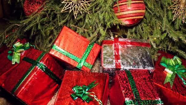 Sedm vánočních dárků jsou umístěny kolem spodní části vánoční stromeček. 4k