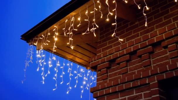 Exterior De La Casa De Ladrillo Rojo Con Decoraciones De Luces Guirnalda Para Navidad O Año Nuevo Hd