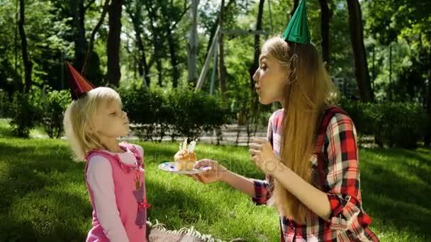 video k narozeninám Narozeninám holčičky to foukání šest svíčky na dortu. 4k — Video  video k narozeninám