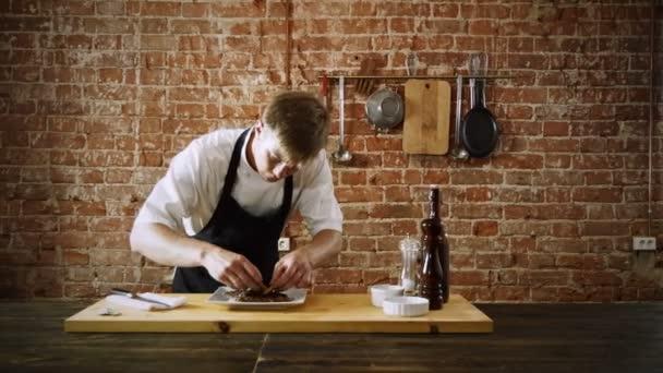 Vaření masa. Kuchař, dekorační mísa Hovězí biftek na bílé plotně. 4k