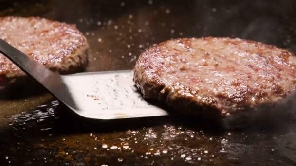 Kuchař, převrací hovězí nebo vepřové kotlety grilování na roštu. Zpomalený pohyb. HD