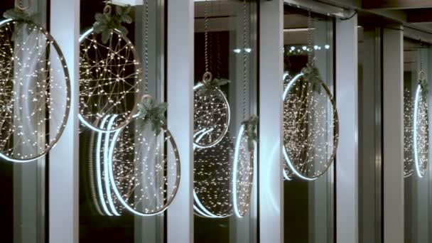 Decorazione Finestre Per Natale : Soggiorno decorato per natale. incandescente ghirlande appese alle
