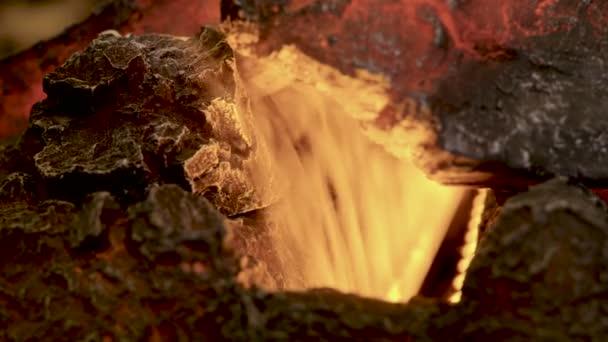 Domácí interiér. Detailní záběr teplé příjemné hořící oheň v elektrický krb. 4k