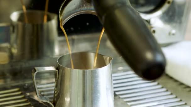 Forró italt. Zár-megjelöl szemcsésedik-ból kávé gép szakadó kávé egy fém kancsóban. 4k