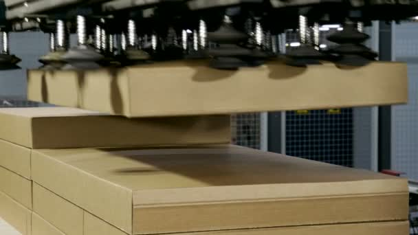 Výroba nábytku. Části nábytku jsou dodávány na automatické balící lince. 4k