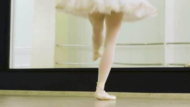 fc6461043 Toma primeros planos de pies de bailarina de ballet mujer bailando de  puntillas en los zapatos del pointe en estudio de danza. 4k