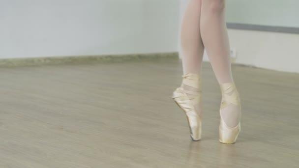 Nahaufnahme der Füße des weiblichen Tänzer tanzen auf den Zehenspitzen in spitzenschuhen im Studio. 4k