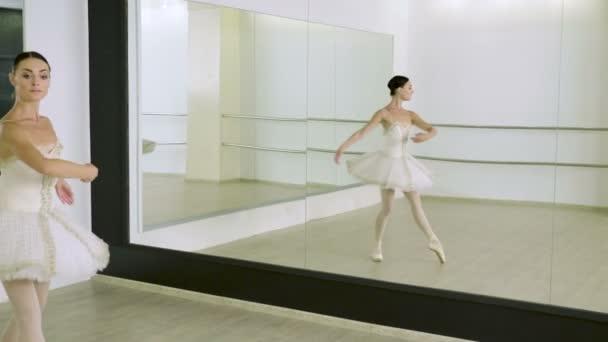 Tanz der Ballerina. Anmutige Balletttänzerin beim Workout in Spitzenschuhen im Klassenzimmer. 4k