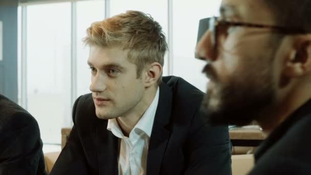 Close-up shot tří podnikatelů o dohodu na obchodní schůzce v moderní restauraci. 4k