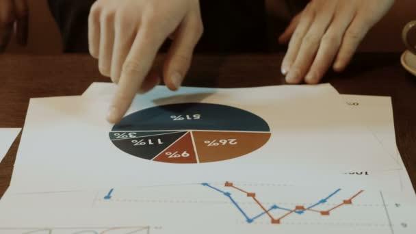 Muž prst zobrazení v diagram vytištěn na bílém papíře. 4k