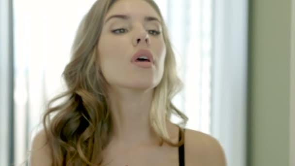 Líčení-tvář. Close-up shot Mladá krásná blondýnka použití béžová rtěnka na rtech. 4k