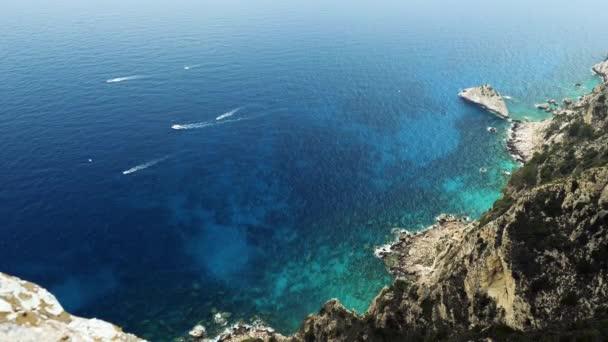 die Boote, die im Mittelmeer segeln. die felsige Landzunge von Korfu. Landschaft der mediterranen Küste in Griechenland. 4k
