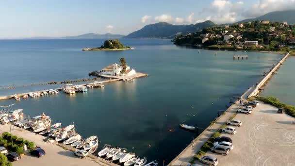 Lodě plující ve Středozemním moři. Skalnatý výběžek Korfu. Krajina středomořského pobřeží v Řecku. 4k