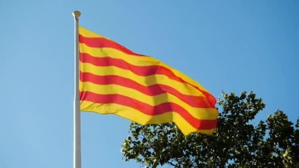Katalónia zászlója lobogott a szélben az ég felé. Barcelonában. Spanyolországba. Lassú mozgás. Hd.