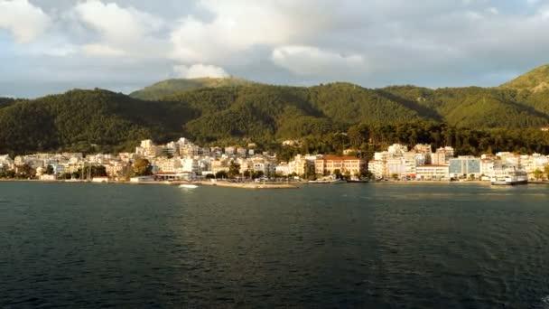 Blick auf die griechische Insel vom Meer aus. die Stadt am Fuße des Berges. Griechenland. 4k