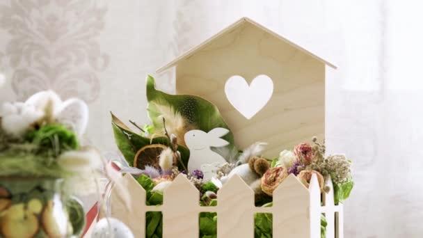 Detailní záběr namalovaných velikonočních vajec v dřevěném koši. 4k