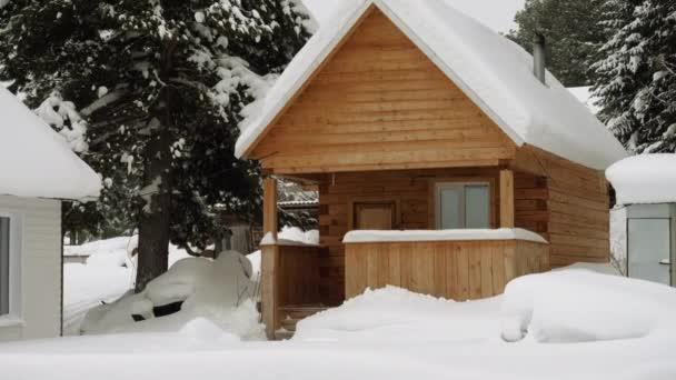 Téli táj. Külső kilátás fából készült ház borított hó orosz faluban található Szibériában. Oroszország. 4k
