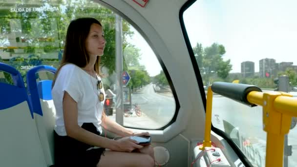 Detailní záběr mladé atraktivní ženy rozhlížející se po památkách Madridu v exkurzním autobuse. Španělsko. 4k