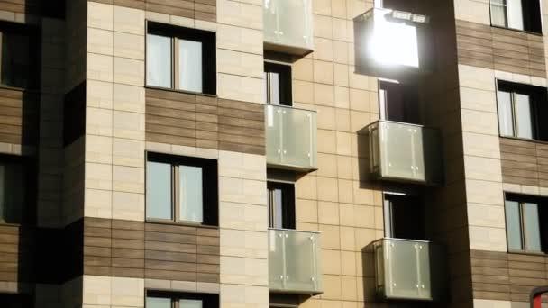 Stadtlandschaft. Fassade eines modernen Wohnhauses. HD