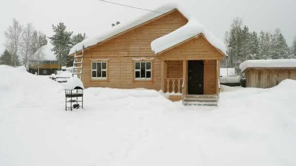 Téli táj. Külső kilátás fából készült ház borított hó orosz faluban található Szibériában. Oroszország